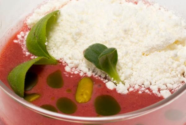 Gazpacho de cereza y nieve de queso fresco